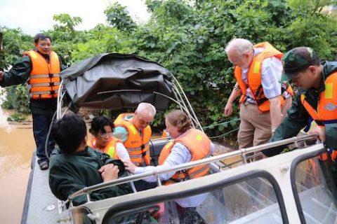 30 quân nhân giải cứu 132 khách đi tàu bị lũ vây