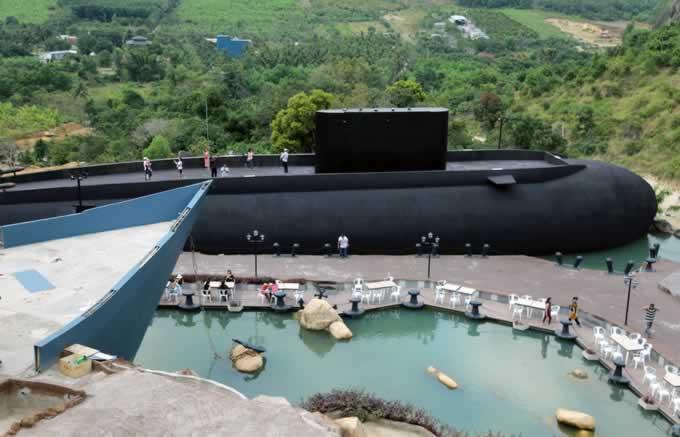 Mô hình tàu ngầm Kilo trên núi Khánh Hòa thu hút du khách